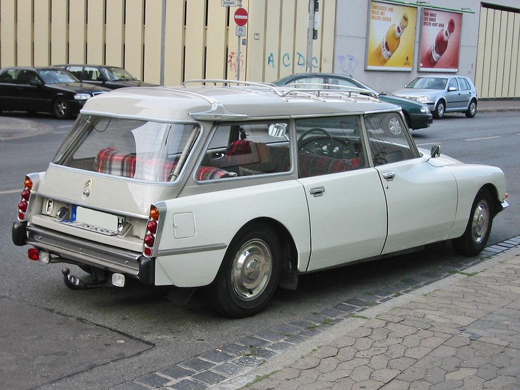 Старый универсал Citroen DS фото…