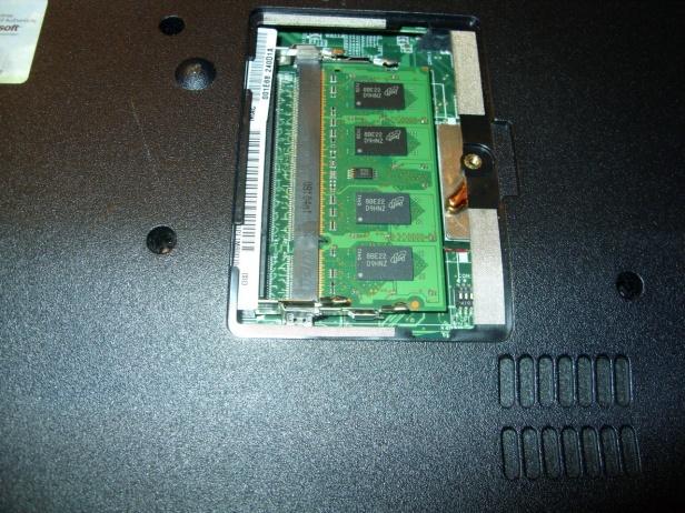 Wiele laptopów ma specjalną klapkę, podktórą ukryte są kości RAM (fot. elektroda.pl/Mery84)