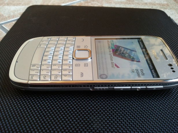Nokia E6 - prawy bok