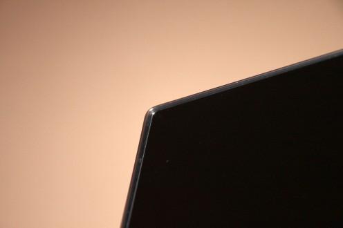 Srebrna ramka wystaje przed powierzchnię matrycy